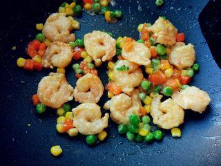 糖醋什锦虾仁,倒入碗汁,待汁液变得粘稠后关火,盛出即可。