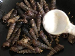 辣炒钉螺:海边男人最爱的下酒菜,加入适量的盐