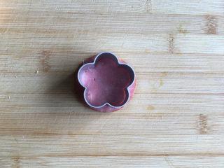 花朵三明治,用花朵模具将火腿片压出花朵形状。