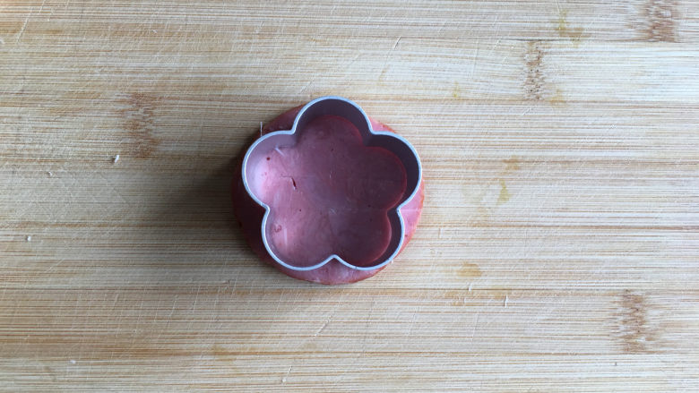 花朵三明治,用花朵模具将<a style='color:red;display:inline-block;' href='/shicai/ 56457'>火腿片</a>压出花朵形状。