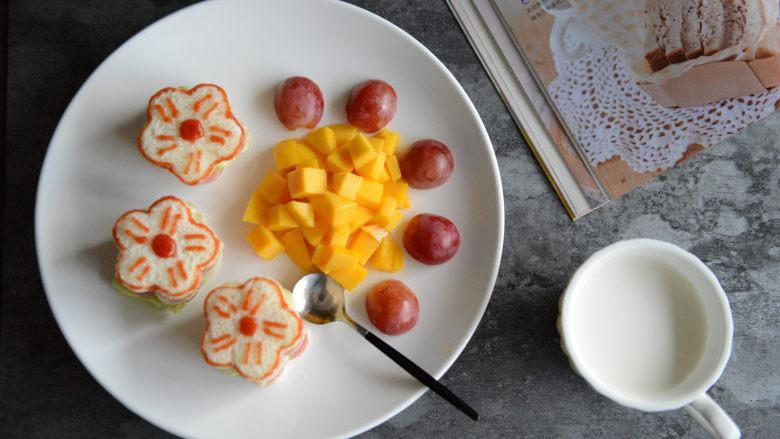 花朵三明治,摆在盘中,配一些水果。