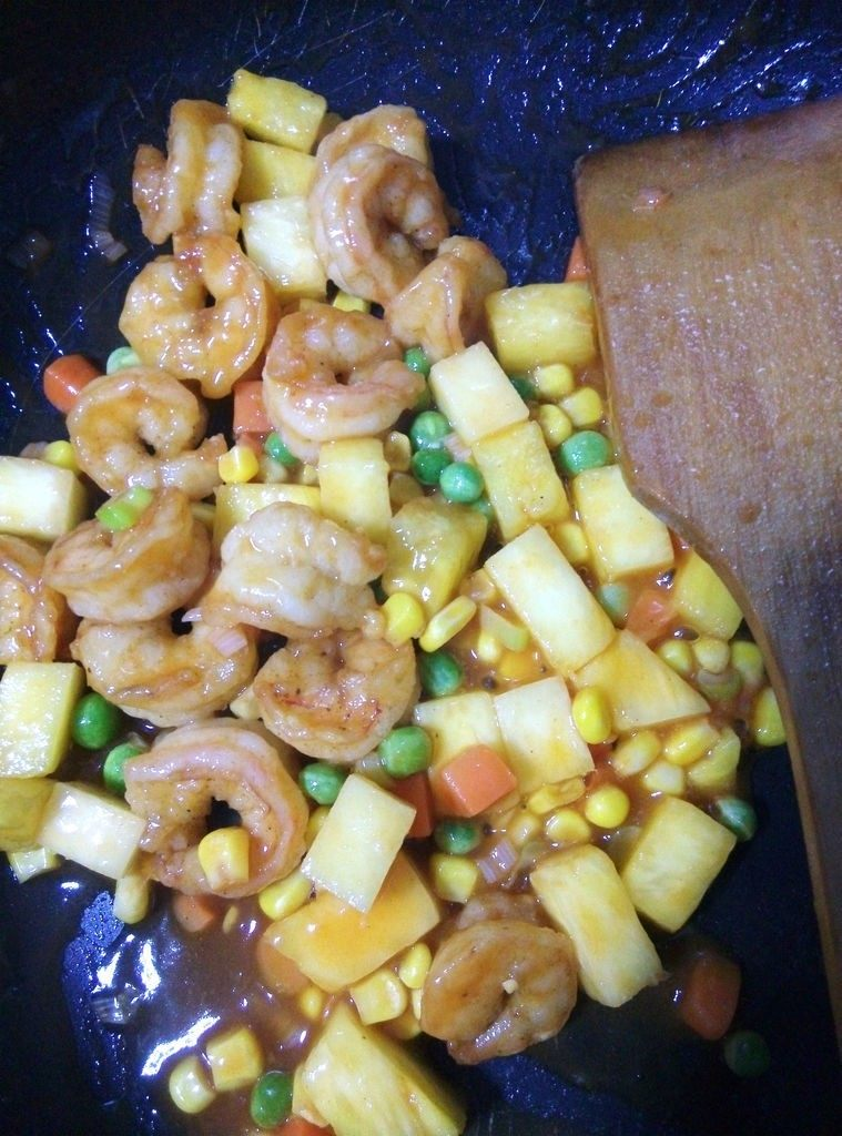 菠萝虾球,入虾肉,翻炒几下出锅。也可以用水淀粉勾芡,我用的番茄酱,觉得粘稠度够了,就省了勾芡了。
