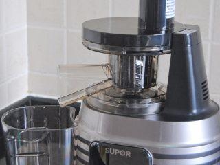 木瓜酸奶杯,原汁机清洗干净,用果泥搅拌杯