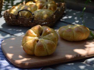 花朵豆沙面包,成品,松软,好吃,而且还美美的哦!