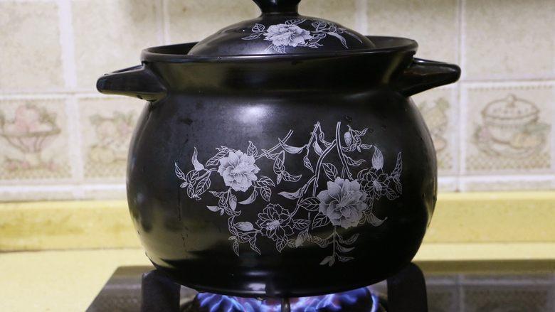 红枣花生凤爪汤,盖好锅盖,大火煮开后转小火慢炖45分钟