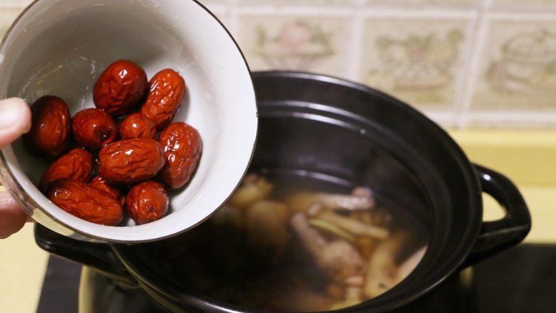 红枣花生凤爪汤,打开锅盖,放入红枣后,继续煲1个小时左右至花生熟软