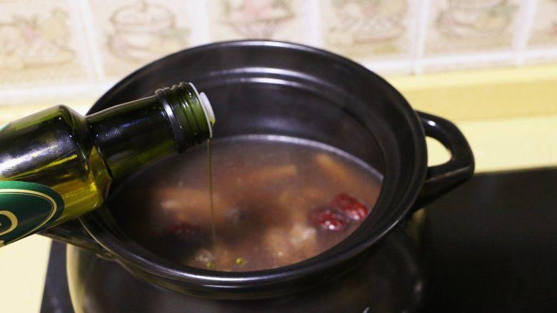 红枣花生凤爪汤,出锅前加1小勺有机亚麻籽油,增色又调鲜