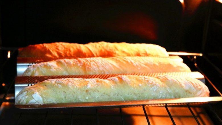 法棍,发酵完成,送入预热180度的烤箱,烤20分钟左右,表面变脆硬即可