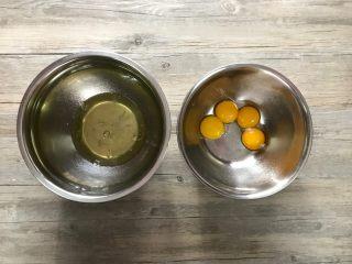 樱花草莓慕斯,取容器分离蛋白和蛋黄,注意蛋白盆必须无油无水,分离过程不可混入蛋黄。