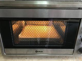 樱花草莓慕斯,放入东菱烤立方电烤箱中,上管150度下管145度,烘烤20分钟左右。(时间和温度请根据自己烤箱实际情况来调节)