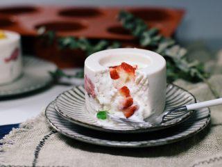 樱花草莓慕斯,享受美味。