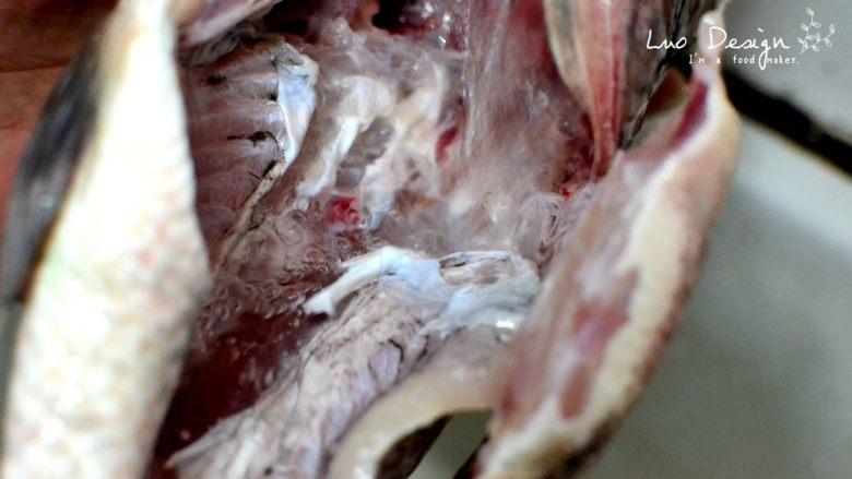 香煎罗非鱼,去除内脏,记得要把黑膜也去掉, 不然做出来的鱼会苦。