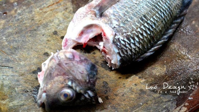 香煎罗非鱼,分身。(妈呀听着好恐怖) 把鱼头和鱼身分离切下, 啊啊啊鱼这样子感觉死不瞑目啊~
