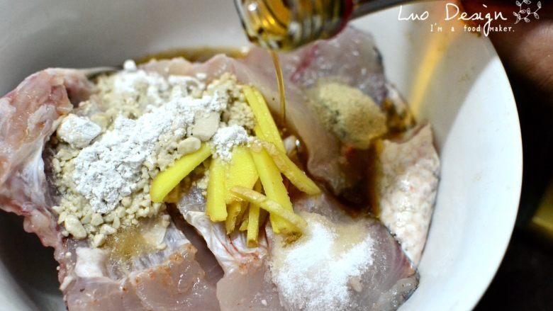 香煎罗非鱼,腌制鱼肉。 加入盐、味精、胡椒粉、生粉、料酒, 用手抓匀腌制15分钟。 胡椒粉不要不舍得放, 最后的味道惊艳有它的一份功劳! 腌制出来的液体不要倒掉。