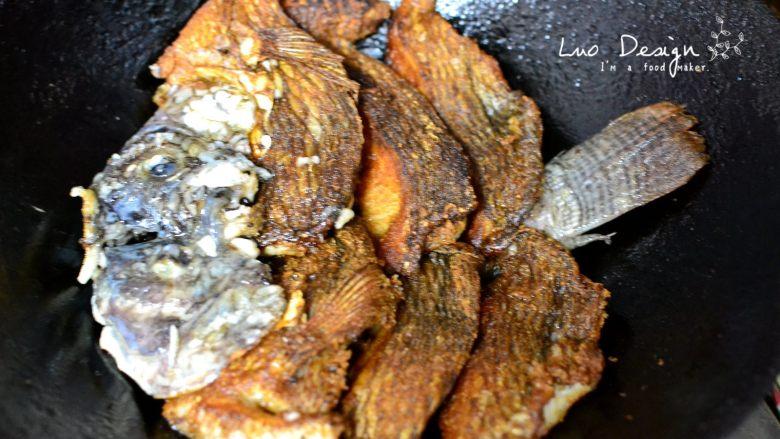 香煎罗非鱼,然后把鱼身肉放进去。