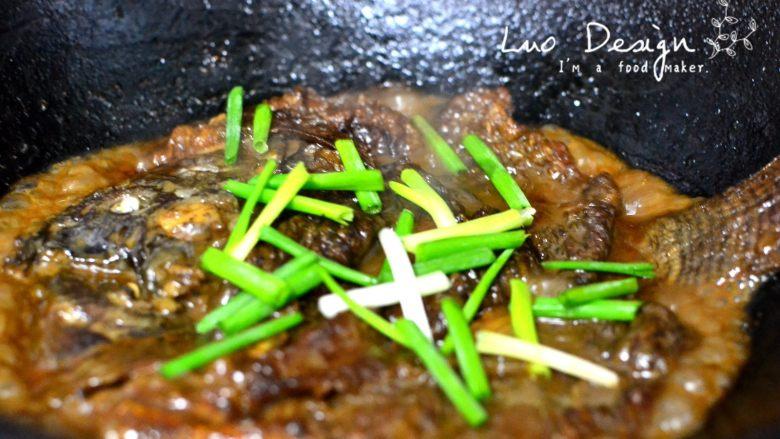 香煎罗非鱼,出锅前放葱。