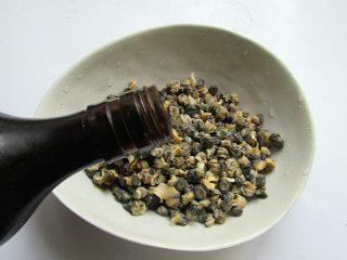 韭香螺蛳肉,并加点料酒或白酒腌渍10分钟,去脏气和腥味