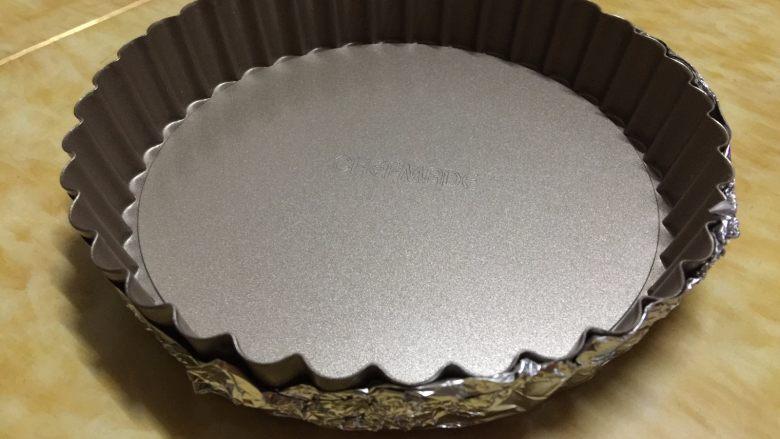 苹果布丁派,用锡纸包住派盘的底部和四周,以防布丁液流出
