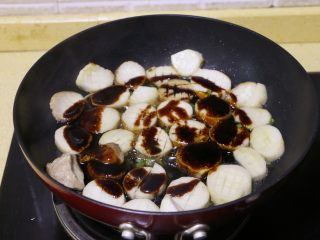 酱烧杏鲍菇, 将调好的酱汁倒入锅中,拌匀