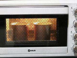 4寸小蛋糕,烤箱预热150度,放入烤箱最底层,45分钟。