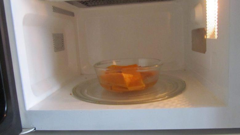 金汤龙利鱼,南瓜切成片后放入小碗中, 放在微波炉中高火打上三分钟;