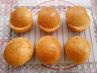 番茄咸肉面包,取出放凉,面包顶部向下1.5cm位置切开