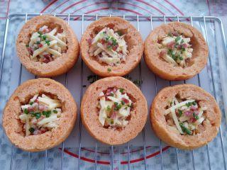 番茄咸肉面包,面包里放入混合好的玉米腊肉丁,表面加上马苏碎和香葱碎