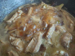 土豆烧排骨,大火烧开后撇去浮沫,盖上锅盖炖30分钟左右