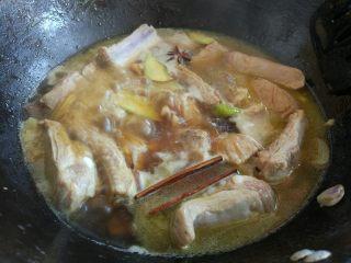 土豆烧排骨,加适量水或高汤,盐,糖,料酒,生抽,老抽,拌匀