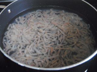 豌豆猪皮冻,猪皮和水按照1:3的比例放入锅内,加入料酒