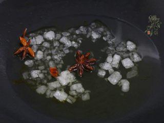 好看更好吃的红烧牛肉面,热锅凉油,放八角小火炸香,接着放冰糖。