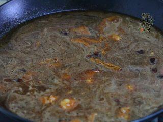 好看更好吃的红烧牛肉面,添加清水,一次性加足,这里不要加热水。