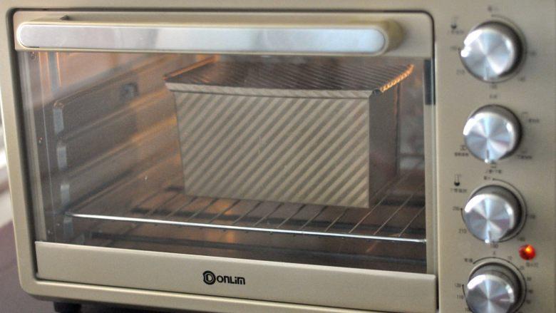 黑芝麻吐司,放入预热好的烤箱,上下火170度,时间35分钟左右。(时间与温度请参照自家烤箱脾气),如表面上色较深,可加盖一张锡纸。