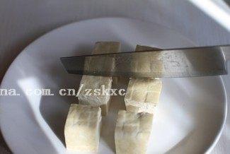 烤豆腐,切成2厘米见方的正方形小块
