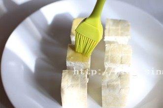 烤豆腐,表面刷上橄榄油,放入烤箱,180℃,烤8分钟后取出