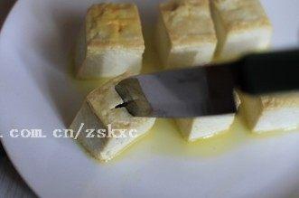 烤豆腐,用刀在豆腐表面划十字刀,可以深一点,但不要切断