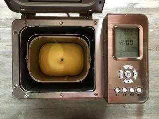 胡萝卜椰蓉卷,基础发酵结束,可以用手指沾干粉插入面团拔起,洞口不回缩不塌陷即可。