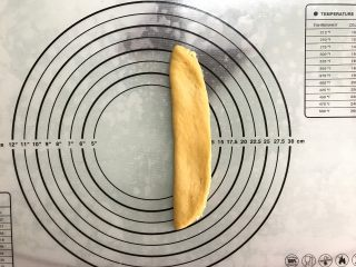 胡萝卜椰蓉卷,对折。