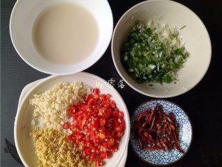 豆瓣鱼,姜、蒜、小米辣、大葱分别切碎;干辣椒切碎;适量干淀粉同清水拌匀,调成水淀粉;