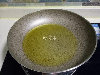 豆瓣鱼,不粘锅里倒入适量玉米油烧热,油量比平常炒菜时多一些;