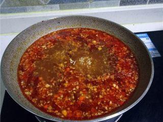 豆瓣鱼,调入适量酱油、细砂糖;将汤汁用大火烧开,再转中火煮几分钟,调入适量醋;