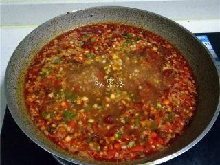 豆瓣鱼,放入葱末略煮;