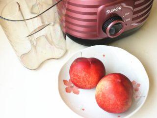 水蜜桃汽水,准备好桃子,冰箱里提前冰镇过,这样做出来的汽水直接就是冰的。