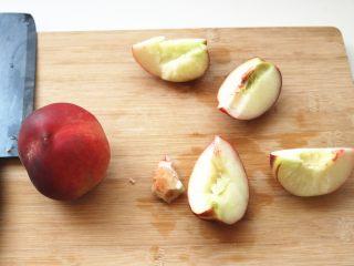 水蜜桃汽水,桃子切开,去核。