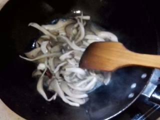 简单汤面,炒锅烧油,放红椒花椒炒入味,并取出。放入生姜炒香,倒入蘑菇翻炒变软