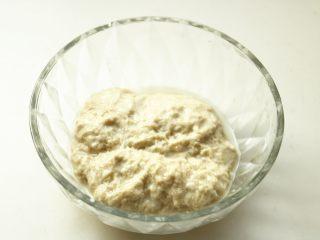 凉皮,大约换水三四次,水会变得基本清澈,剩下的一团黏黏的就是面筋了。面筋加一点酵母发酵30分钟以上,然后上蒸锅蒸熟待用。