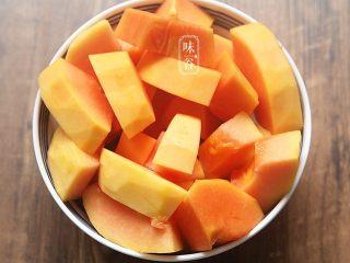 木瓜苹果瘦肉汤,木瓜去皮去瓤切块备用;