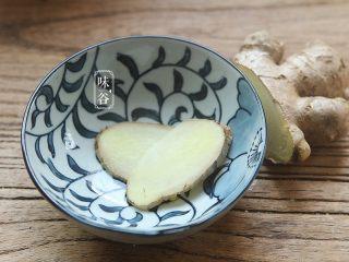 木瓜苹果瘦肉汤,切好两片姜片待用。