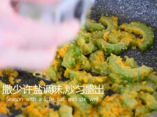 这道菜打破你对苦瓜的印象,让你从此爱上它,清炒炒至咸蛋黄完全包裹住苦瓜,撒少许盐调味,炒匀盛出