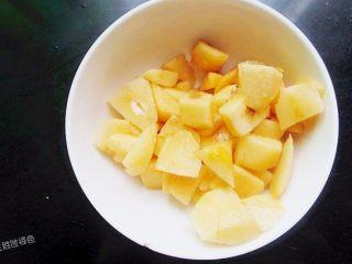 五色水果拼盘,枇杷去皮去核,切成小块